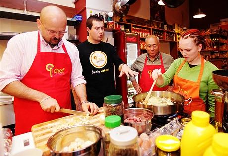Kurz vaření - připrava guláše s houskovými knedlíky