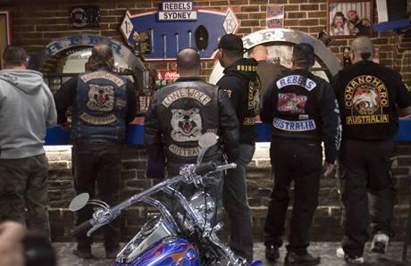 Když aktivita motorkářských gangů vyvolala v Austrálii protiakci státu, zakopaly gangy válečnou sekeru a sešly se ke společnému jednání
