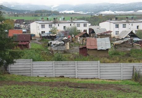 Betonov� ze� v obci Ostrovany, kter� d�l� romsk� a neromsk� obyvatelstvo.
