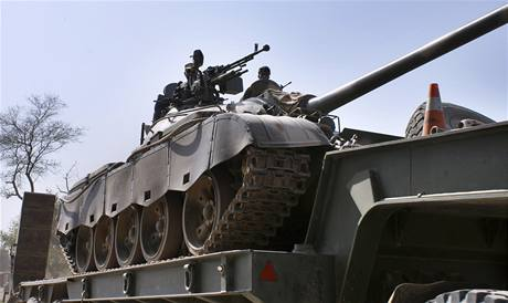 Tank pakistánské armády na cestě do centra střetů s Talibanem. (19. října 2009)