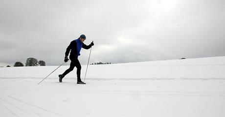 První sníh si užívají běžkaři ve Žďáru nad Sázavou (17. října 2009)