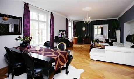 Rozměry obýváku dovolily použít i černý nábytek a tmavé tapety