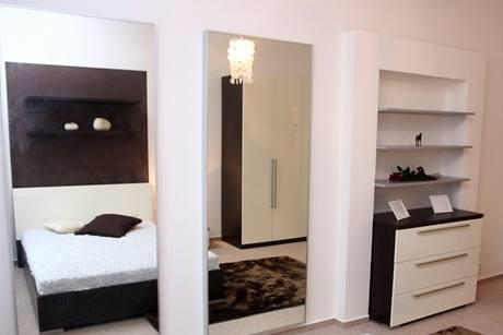 V ložnici jsou velká zrcadla dokonce dvě, opticky rozšiřují prostor a v domácnosti, kde žijou tři ženy, určitě své uplatnění najdou