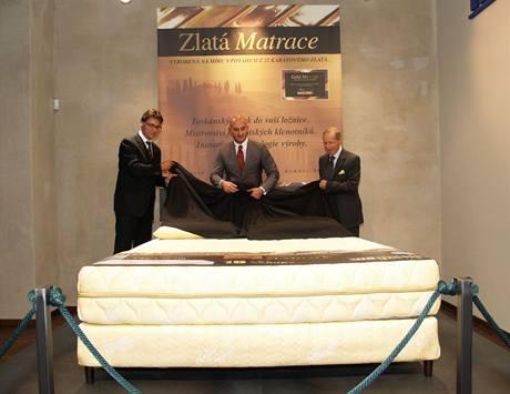 Odhalení zlaté matrace se ujal dokonce italský velvyslanec Fabio Pigliopoco (vpravo), Marco Magni, ředitel pro export a syn zakladatele firmy (uprostřed) a František Hlaváč, ředitel společnosti CFH Group