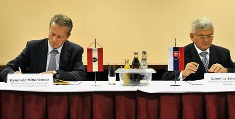 Slovenský ministr hospodářství Ľubomír Jahnátek (vpravo) a jeho rakouský protějšek Reinhold Mitterlehner podepisují spolupráci v ropném a plynárenském průmyslu.