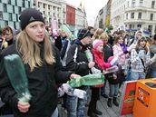 Na čtyřiceti místech v kraji školáci bubnovali na pet láhve a podpořili tak třídění odpadu v kraji.