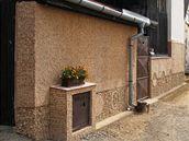 Zedník v Mutěnicích si obkládá dům zátkami od vína