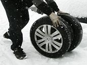 Řidiči v Jablonci nad Nisou ještě dnes narychlo přezouvali svá auta na zimní pneumatiky. (15. října 2009)