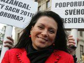 Příznivci i odpůrci Václava Klause se sešli na demonstraci na Hradčanském náměstí. Jana Bobošíková prezidenta podporuje