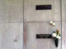 Místo posledního odpočinku Marilyn Monroe, přímo nad ním je hrobka Richarda Ponchera.
