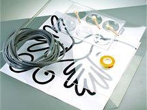 Na výrobu razítka potřebujete kulatý pěnový proužek, oboustranně lepicí pásku, plastovou či skleněnou destičku a motiv namalovaný na papír