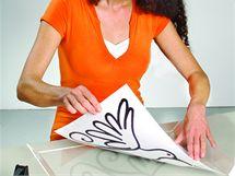 Pod průsvitnou plastovou nebo skleněnou destičku vložíte předlohu svého motivu