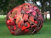 Asambáže z dílny Leo Sewella vznikají z odpadků nalezených na skládce