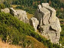 Krkonoše. Skalní stupně na horských úbočích vzdáleně připomínají rozpadlé hradby.