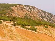 Trávy, vřesy, kosodřevina… Podzim rozehrál krkonošské louky nad ledovcovým údolím mnoha odstíny teplých barev.