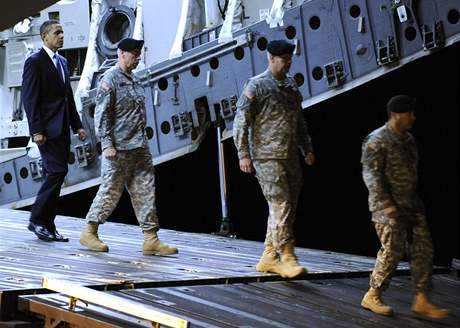 Americký prezident Obama uctil na vojenské základně v Delaware padlé z Afghánistánu (29. října 2009)
