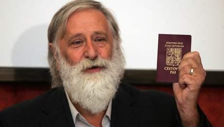 Bývalý proděkan plzeňských práv Milan Kindl na tiskové konferenci, kde obhajoval  své působení na fakultě. (20.10.2009)
