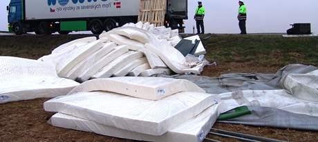 Na tahu ze Znojma do Jihlavy se převrátil kamion vezoucí matrace
