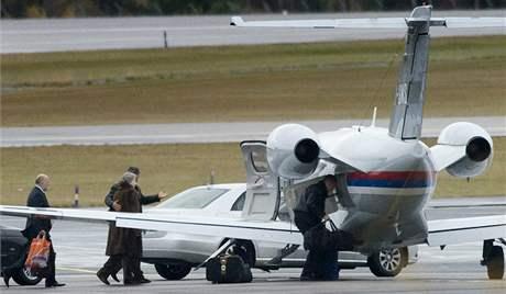 Biljana Plavšičová nastupuje do letadla poté, co byla propuštěna ze švédského vězení (27. října 2009)