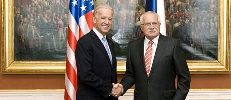 Americký viceprezident Joe Biden s prezidentem Václavem Klausem. (23.října 2009)