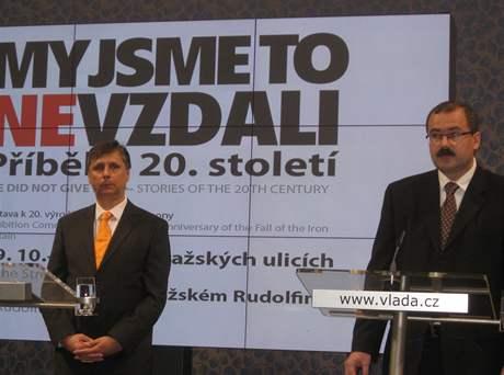 Premiér Jan Fischer a ředitel Ústavu pro studium totalitních režimů Pavel Žáček