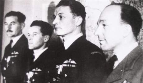 Imrich Gablech při dekorování Polským válečným křížem v Londýně