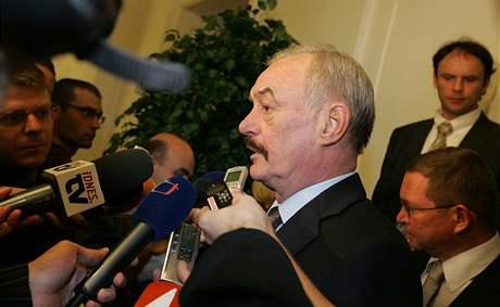 Na předsedu Senátu Přemysla Sobotku se po skončení jednání Ústavního soudu sesypali novináři (27. října 2009)