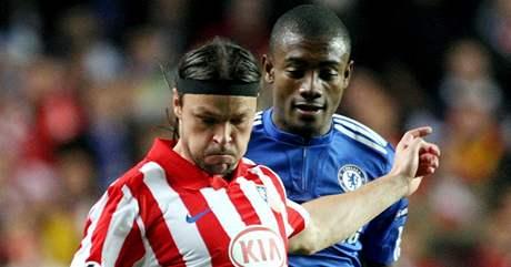 Chelsea - Athletico Madrid: Salomon Kalou (vpravo) a Tomas Ujfaluši