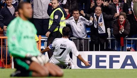 Real Madrid - AC Milán: Raul Gonzalez (vpravo) a Dida