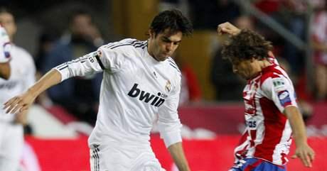 Gijon - Real Madrid: hostující Kaká (vlevo) stojí proti  Albertu Riverovi