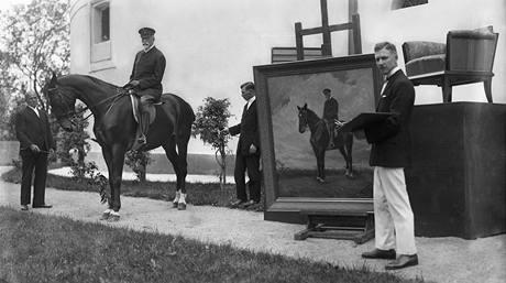 Malíř Max Schurman pracuje na jezdeckém portrétu TGM. Snímek vznikl 31. srpna ve slovenských Topolčiankách.