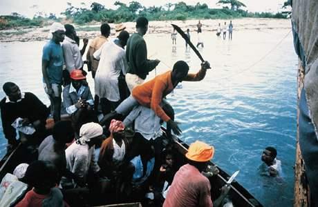 1991: Haiti, boat people: všichni se snaží dostat na palubu.
