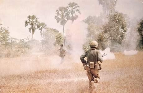 1974: Za zákopy druhé linie; voják nalevo dostane zásah ze samopalu.