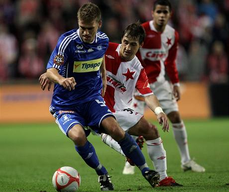 Slavia - Olomouc,  Marek Kaščák (vlevo) a domácí Rudolf Skácel