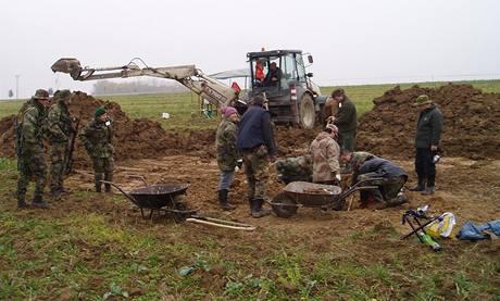 Pole, na němž našli vojenští fandové sovětské letadlo 40 centimetrů pod povrchem. (25.10.2010)