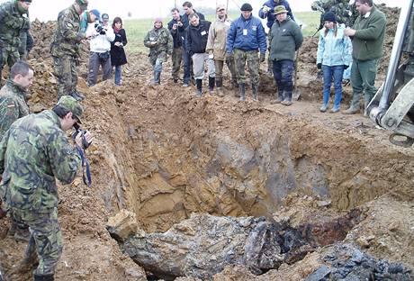Pole, na němž našli vojenští fandové sovětské letadlo 40 centimetrů pod povrchem. (25.10.2009)