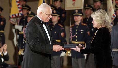 Václav Klaus předal na Pražském hradě vyznamenání zpěvačce Evě Pilarové. (28.10.2009)