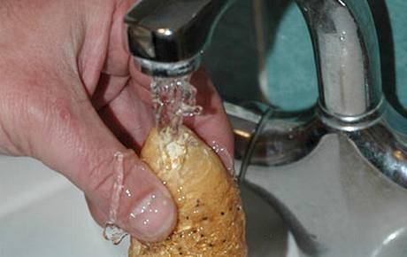 Před vložením do mikrovlnky navlhčete rohlík pod tekoucí vodou