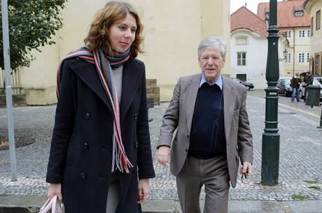 Když šel izraelský spisovatel Amos Oz po ulici s redaktorkou MF DNES Alicí Horáčkovou, řekl jí: Kdybychom spolu šli po ulici a někdo by nás napadl a jedinou možností, jak bych nás zachránil, by byl boj, tak bych bojoval. Ale bojoval bych jen ze dvou důvodů: v sebeobraně a za svou svobodu.