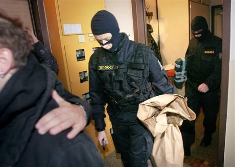 Policisté z Útvaru pro odhalování organizovaného zločinu dnes po celé republice zasahovali proti extrémistům. Fotografie je z Českých Budějovic. (21. října 2009)