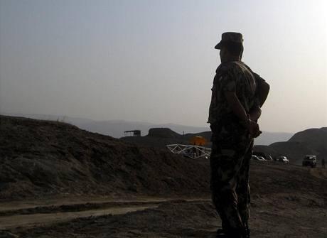 Jordánský voják na předsunuté základně hledačů min - východní břeh Jordánu