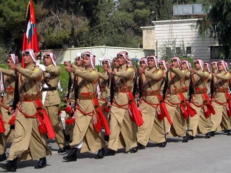 Přehlídka jordánských ceremoniálních jednotek před generálním štábem