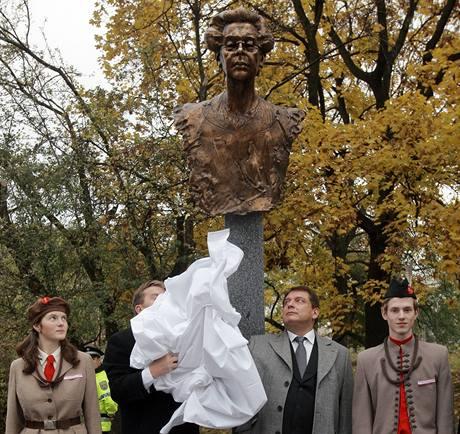 Jiří Paroubek odhalil bustu Milady Horákové (28. října 2009)