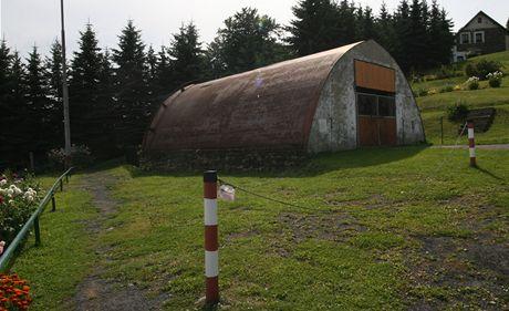 Buková hora - část pláště původního vysílače je nyní využita jako dílna