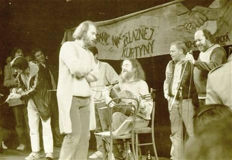 Koncert českých písničkářů v polské Wroclawi, 1989; zleva Pepa Nos, Vladimír Veit, Jaroslav Hutka, Karel Kryl, Pepa Streichl (z výstavy Devětaosmdesátej)