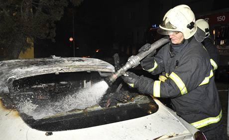 Hasiči likvidují požár luxusního auta v Praze Hloubětíně.
