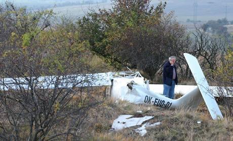 Zřícené ultralehké letadlo, v jehož troskách zahynul pilot.