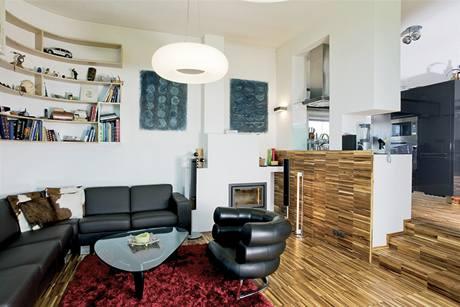 Obývací část od kuchyňské odděluje polopříčka