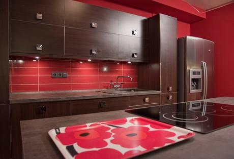 Kuchyňská linka je v barvě dřeva wengé a doplňuje ji červená barva, ta znamená podle feng šuej barvu rodinného krbu