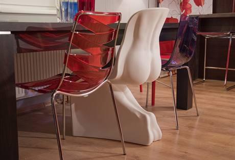 Židle ve tvaru lidského pozadí byla představená na loňském veletrhu v Miláně